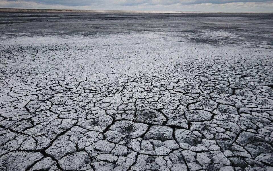 Tuhaplatoo pinnakihtide kiire tsementeerumine pärsib õhust tuha CO2 sidumist.