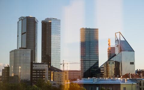 Maakri kvartali kõrghooned - Swissotel ja selle elamust kaksiktorn; neist paremale jääb Maakri torn ja sealt edasi veel hotell Radisson ning SEB pank.