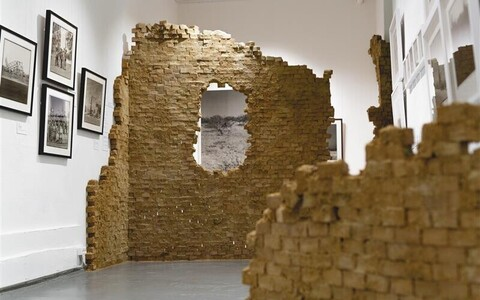 """Emmanuel Tussore'i """"Seebiuurimuse"""" projekt on kunstniku visioon, sest hoonete või ka fragmentide, varemete aluseks on olnud meedias nähtud fotod või filmikatked."""
