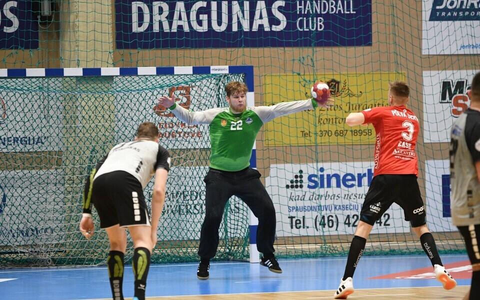 Mängu parimaks hinnatud Benediktas Pakalniškise ülemängimisega jäi Põlva Serviti täna hätta. Dragunas väravavaht tõrjumas Tõnis Kase karistusviset.
