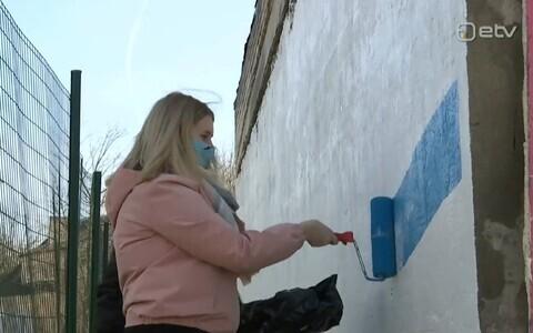 Jõhvi noored värvisid vana garaaži seina triibuliseks.