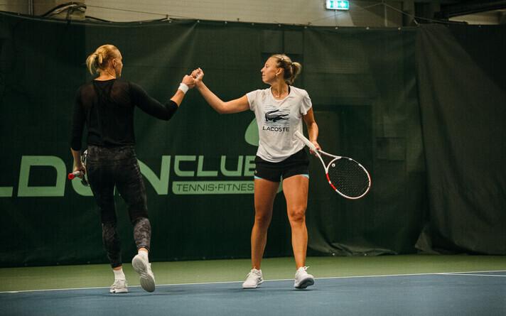 Кайа Канепи и Анетт Контавейт на тренировке.