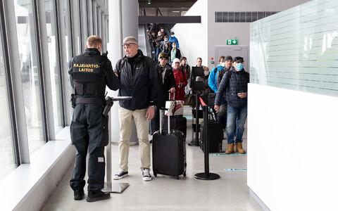 Проверка документов в порту Хельсинки.