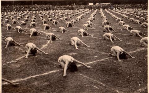 Naisvõimlejate esinemine 17. juunil 1934. aastal I Eesti Mängude võimlemispeol.88