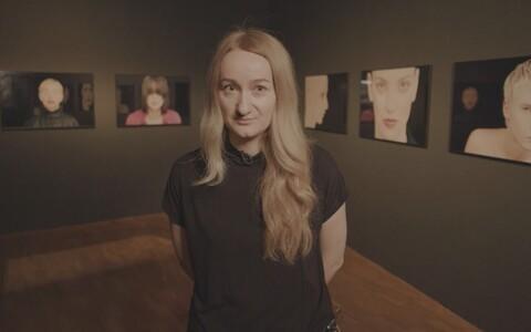 Kuraator Kati Ilves näitusel
