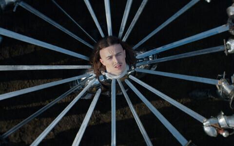 В клипе Томми Кэш перевоплощается в различных героев.