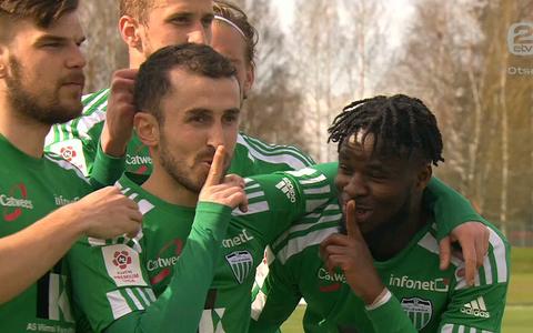 Levadia mängijad Zakaria Beglarišvili väravat tähistamas