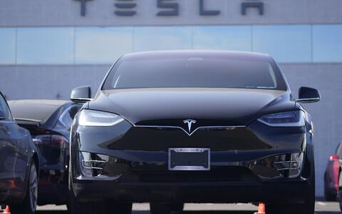Ehkki Elon Musk on varasemalt üpris uhkelt nimetanud sõiduki juhtimist abistavat tehnoloogiat autopiloodiks, leiab ta nüüd, et sõitjad ei kasutanud lisafunktsiooni eesmärgikohaselt.