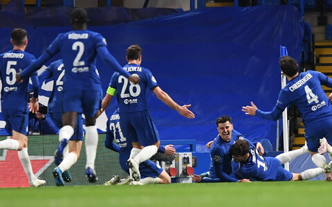 Chelsea mängijad Mason Mounti väravat tähistamas.