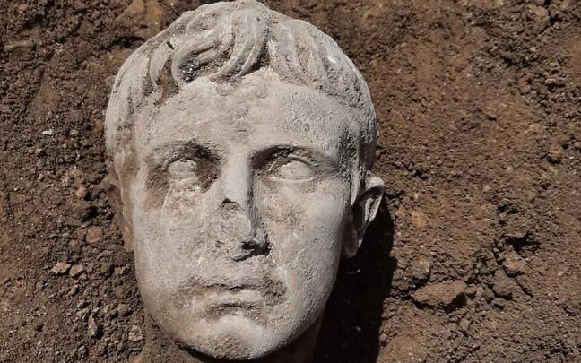 Найденная во время реставрации мраморная голова Римского императора.