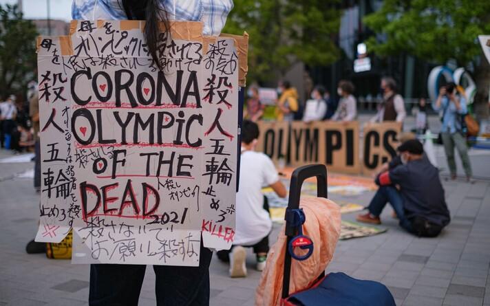 Демонстранты требуют отмены Олимпиады в Токио.