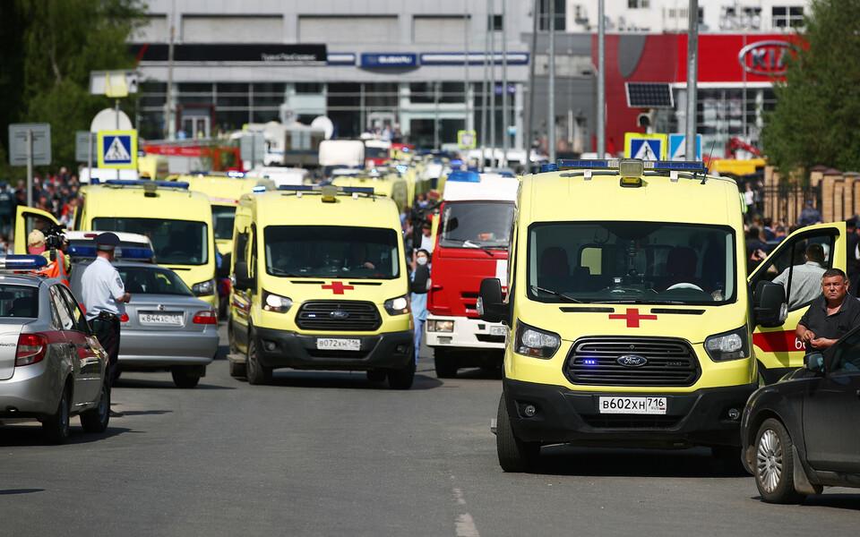 Машины скорой помощи у школы № 175 в Казани.