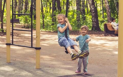 Tüdrukud mänguväljakul mängimas.