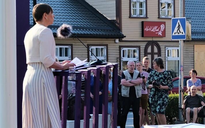 Kersti Kaljulaid Paide keskväljakul.