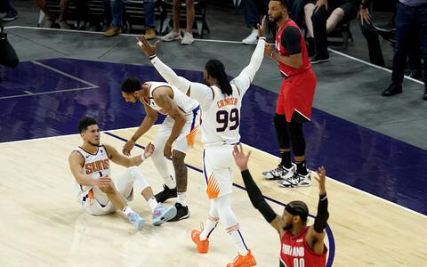 Devin Booker (põrandal) pärast Portlandile saatuslikuks tulnud veavilet. Booker tabas mõlemad vabavisked, et and Phoenixile napp võit.