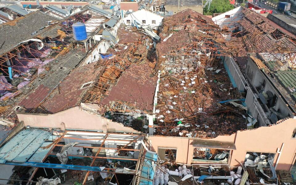 Разрушенное смерчем здание в городе Сучжоу.