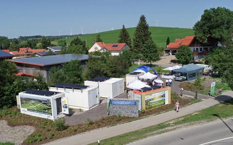 Joonis 1. Droonivaade mikrovõrgule (Vasakult-paremale: energiasalvesti, kahesuunaline muundur, lülituskeskus, trafoalajaam. Ees: juhtimiskeskus)