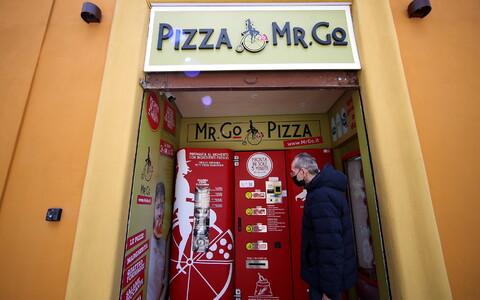 Roomlane Claudio Zampiga ootab 6. mail oma esimest tellimust pitsamasina juures, mis küpsetab pitsa valmis juba kolme minutiga.