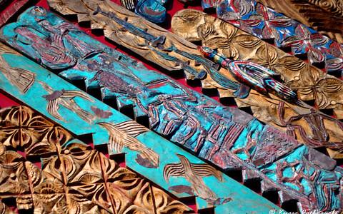 Muistne ajalooseik kajastub ka maooride nikerdatud ja punutud tarbekunstiesemetel.