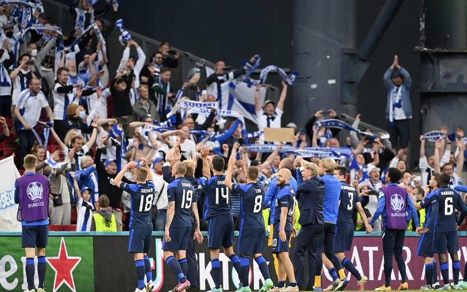 Soome jalgpallikoondis fännidega tähistamas