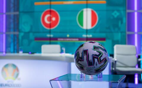 Jalgpalli EM-i ametlik mängupall ERR-i jalgpallistuudios.
