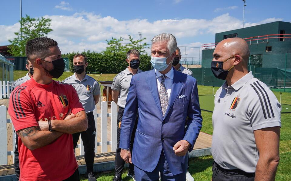 Belgia kuningas Philippe (keskel) Tubize'i baasis kohtumas Belgia jalgpallikoondisega. Vasakul Eden Hazard, paremal treener Roberto Martinez.