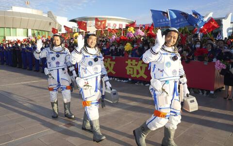 Космонавты проведут на станции три месяца.