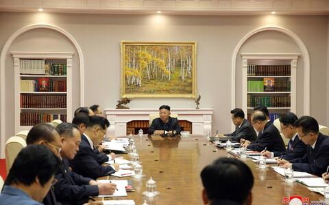Ким Чен Ын на заседании партии.