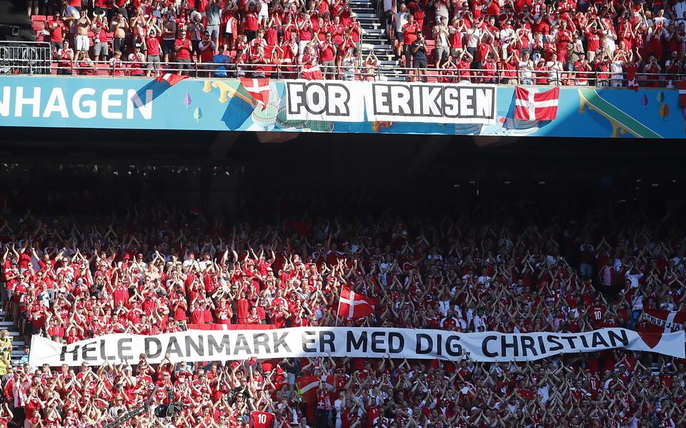 Taani jalgpallikoondise fännid avaldasid mängus Belgia vastu toetust meeskonna tähtmängijale Christian Eriksenile.