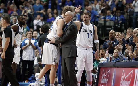 Rick Carlisle (keskel) kallistamas Dirk Nowitzkit, paremal Luka Doncic