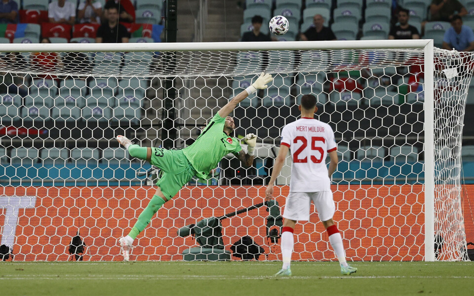 Türgi väravavah Ugurcan Cakir pidi mängus Šveitsi vastu võrgust noppima kolm palli