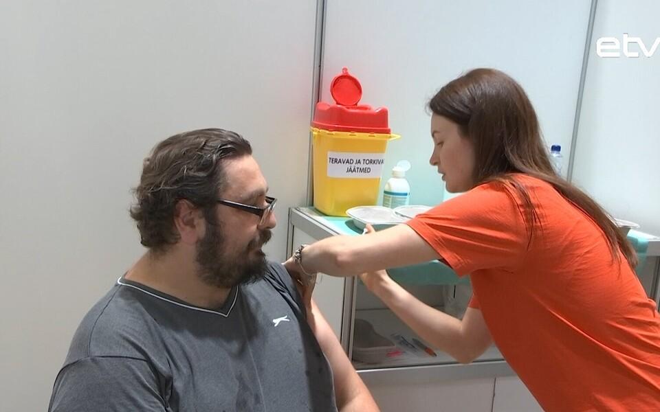 Александр Кучмезов вакцинируется.