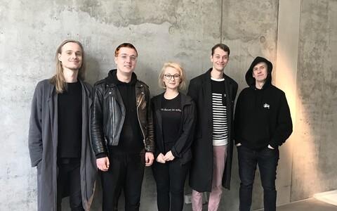 """Alexei Gordini, Kennet Lekko ja Marko Mäetamme näitus """"Kunstiturg, elu ja surm"""". Fotol kustnikud ja tiim."""