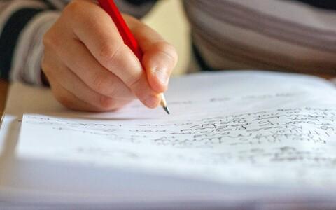 Käsitsi kirjutamine aitab paremini õpitut meelde jätta.