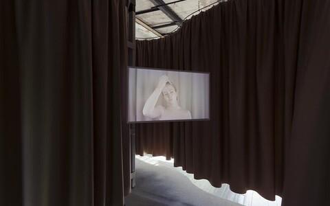 Cloe Jancis. Osaks saama. Videoinstallatsioon, pimendav kangas, HD video, 16 min katkematus kordusesituses, 2021.