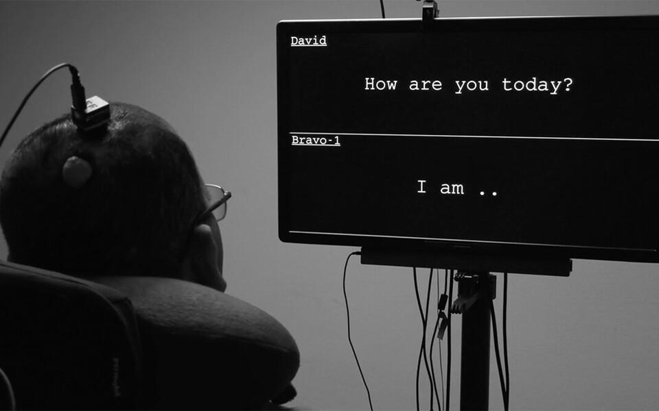 Uuringus siirdistutati elektroodiseade mehe aju piirkonda, mis tavaliselt juhib häälekulgla tegevust. Mehele kuvati ekraanil küsimus ja seade reageeris ajutegevust, kui mees üritas vastuse andmiseks rääkida. Arvuti tõlkis ajutegevuse mustrid seejärel reaa