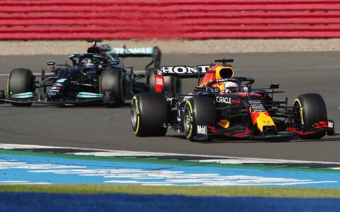 Max Verstappen (paremal) tihedas konkurentsis Lewis Hamiltoniga.