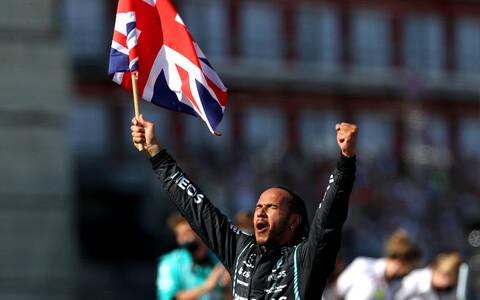 Lewis Hamilton võitu tähistamas
