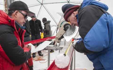 Guliya jääpuursüdamikku uurivad teadlased.