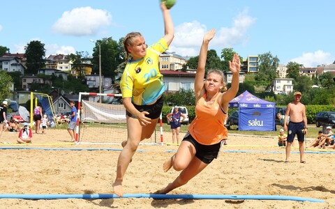 Mõlemas neidude vanuseklassis juhivad rannakäsipalli meistrivõistlusi HC Pärnu/Padise võistkonnad, viskel Carola Otspere.
