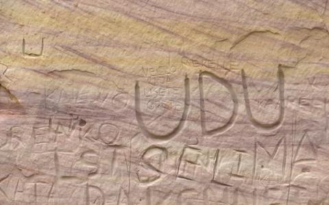 Туристы портят обнажения песчаника.