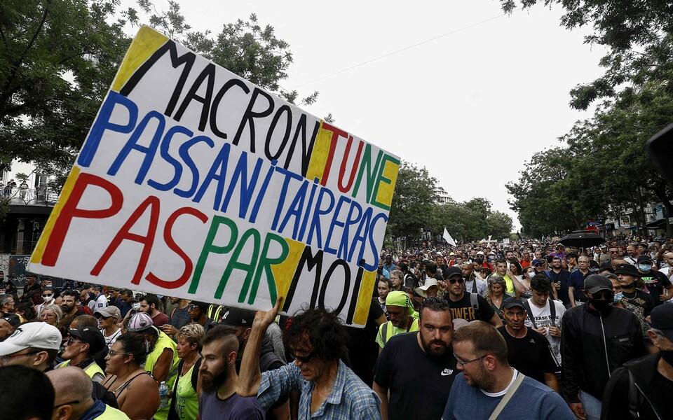 Протесты против коронавирусных ограничений во Франции.