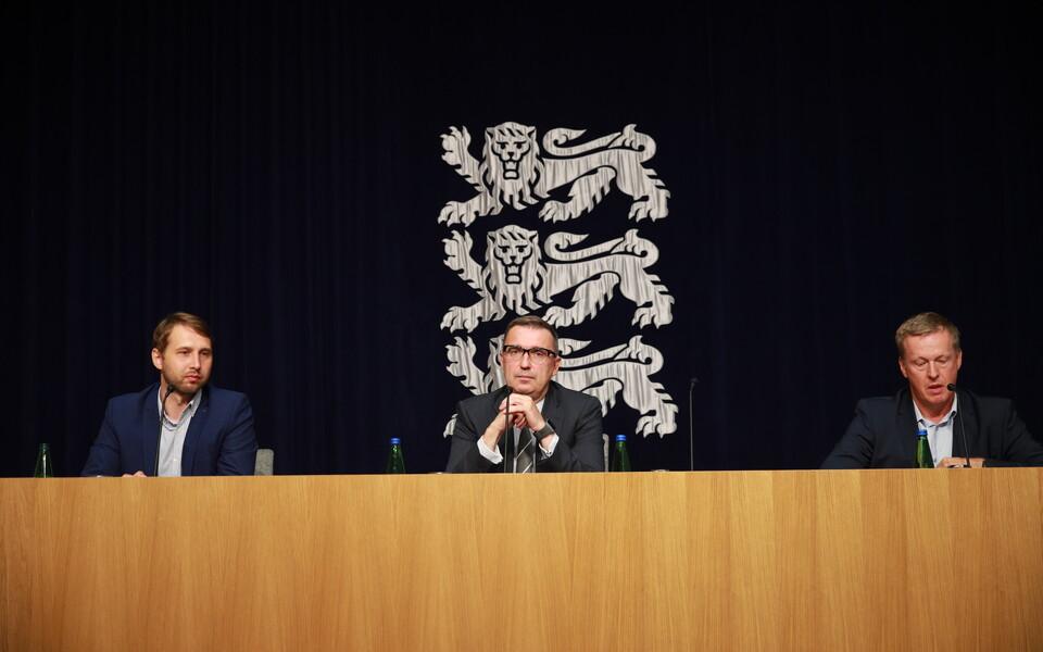 Глава бюро киберпреступлений Центральной криминальной полиции Оскар Гросс, министр предпринимательства и инфотехнологий Андрес Сутт и директор Департамента государственной инфосистемы (RIA) Маргус Ноормаа на пресс-конференции.