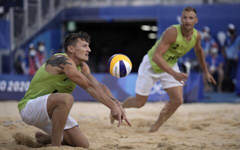 Martins Plavinš (palli mängimas) ja Edgars Tocs