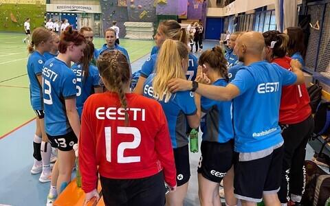 Eesti U-17 neidude käsipallikoondis minutilisel mõttepausil