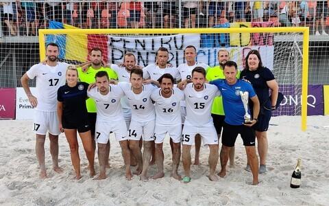 Сборная Эстонии по пляжному футболу в Кишиневе, с кубком - главный тренер Алексей Галкин.