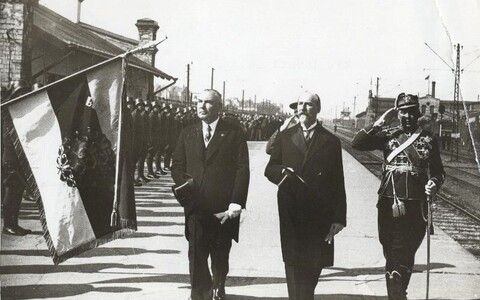 Läti Vabariigi president Alberts Kviesis ja Eesti Vabariigi riigivanem Jaan Tõnisson möödumas auvahtkonnast Tallinnas Balti jaamas 1933. aasta 23. juunil. Kui Kviesis oli tol hetkel riigipea, siis Tõnissoni võis pidada pelgalt valitsusjuhiks, kes esines r