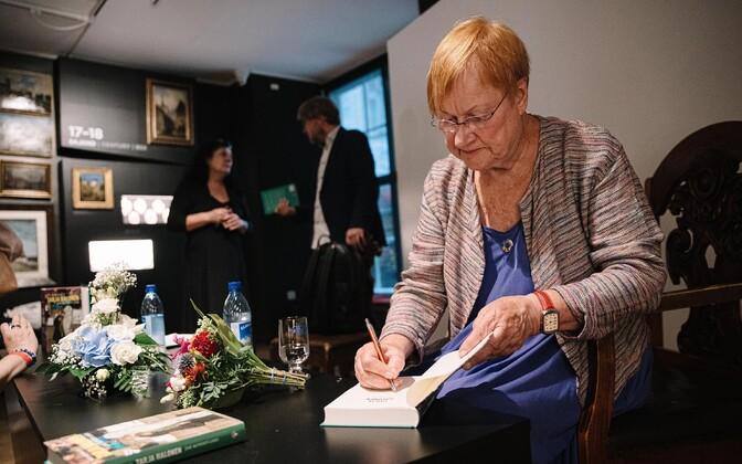 Tarja Halonen esitles Linnamuuseumis raamatut