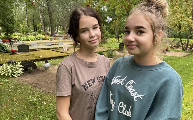 Каролин Оя и Кяролин Метсалу решили помочь пожилым горожанам ухаживать за могилами родственников.