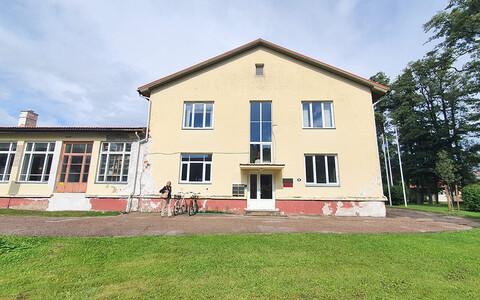 Kärdla Linnaraamatukogu paikneb Kärdla kultuurikeskuse teisel korrusel juba aastaid. Raamatukogu ruumid on avarad ja õhurikkad, kuid eakatele või puuetega inimestel on ligipääs treppide tõttu raske.